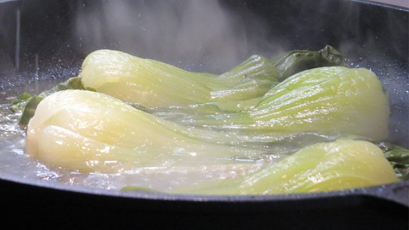 鍋に冷凍野菜を投入するイメージ