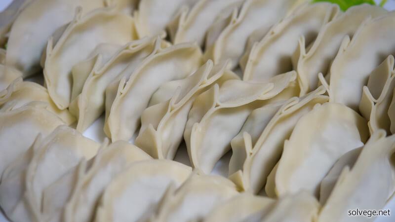 餃子の皮に種を包んだイメージ